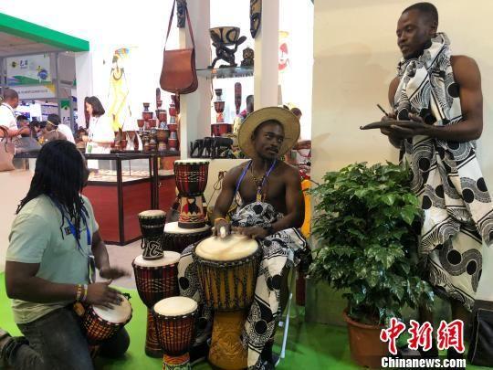 图为来自埃塞俄比亚的艺人表演手鼓。 徐雪 摄