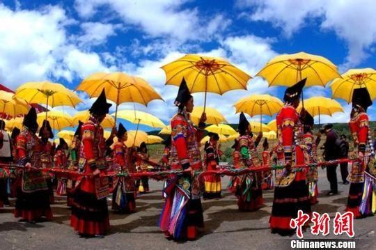 图为四川省凉山彝族自治州的民俗活动。 钟欣 摄
