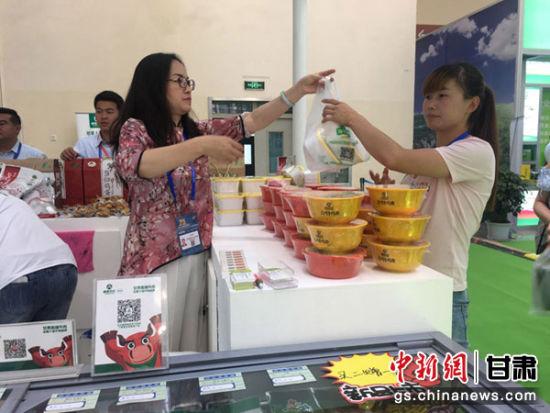 图为甘肃临夏牛羊肉销售展台。