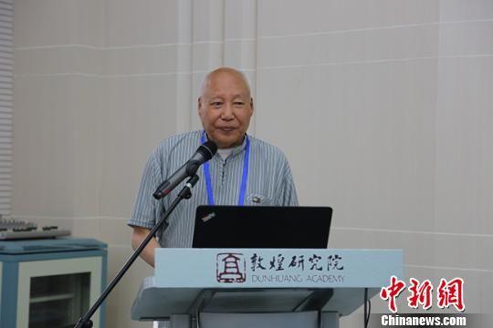 图为宁夏文物考古研究所资深研究员、西夏钱币研究专家牛达生先生演讲。 敦煌研究院 摄