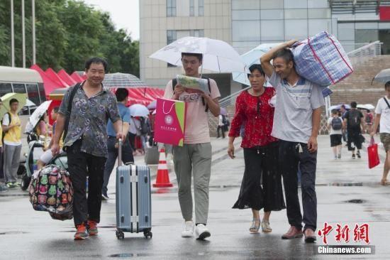资料图:大学新生报到。中新社记者 贾天勇 摄
