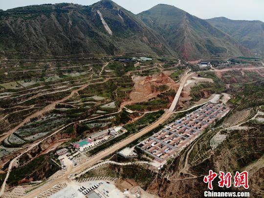 航拍镜头中的甘肃东乡县大山深沟中的布楞沟村。 杨艳敏 摄