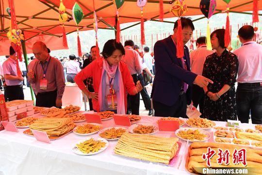 图为马娟(右二)给考察项目团人员推荐花��。 杨艳敏 摄