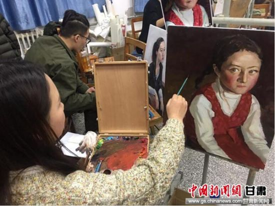 兰州教育大学学生在校内创作基地进行油画创作