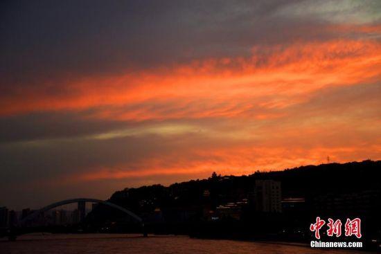 图为满天红霞映照黄河。韦德占 摄