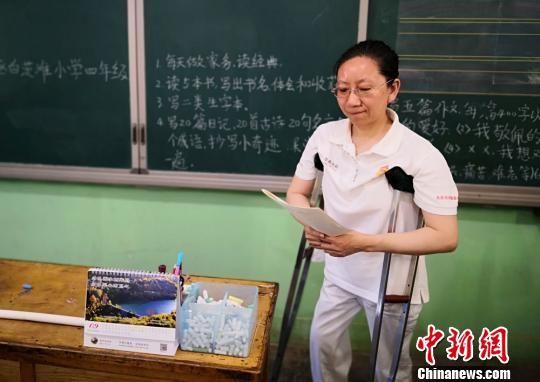 """甘肃""""双拐教师""""张兰萍,从事教育工作30余年来,经历过泪水、艰辛,但她用敬业精神以及先进教学理念""""征服""""学生家长的心。 刘玉桃 摄"""