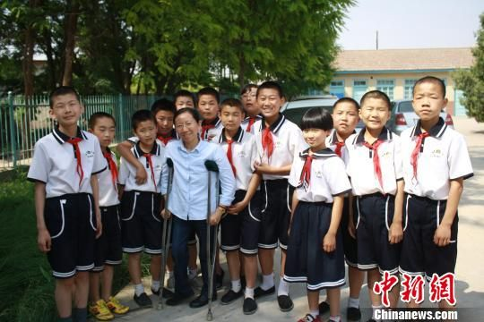图为张兰萍和学生合影。(资料图) 钟欣 摄