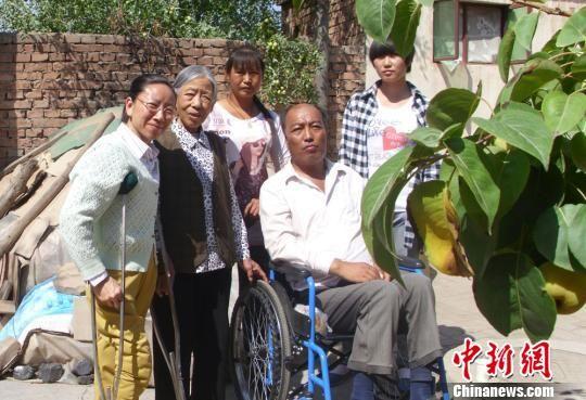 图为张兰萍和她帮助的困难家庭合影。(资料图) 钟欣 摄
