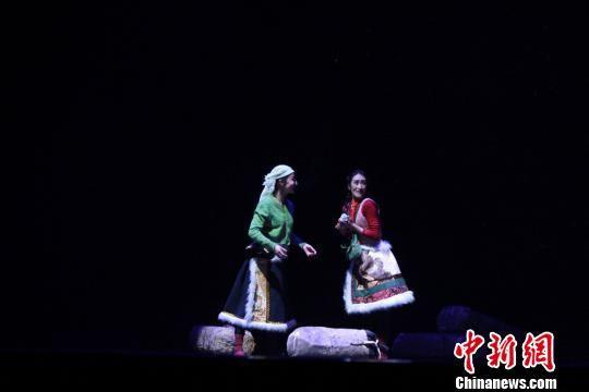 7月21日晚,首届西部五省区藏族舞蹈展演活动在甘肃省甘南藏族自治州夏河县举行。(资料图) 徐雪 摄