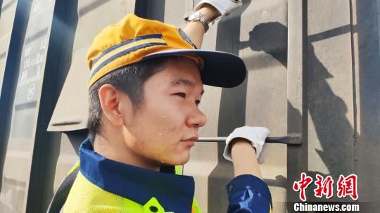 高延翔是武威南车站的一名制动员,担负着兰新铁路、干武铁路部分货物列车和旅客列车的解编任务。 王喜栋 摄