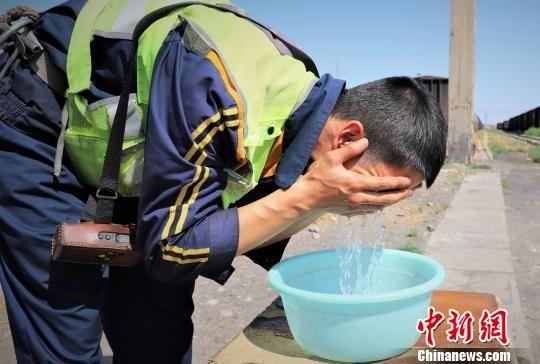 13时06分,刚吃完午饭的高延翔快速用凉水抹了一把脸,便携带好备品走向调车机准备作业。 王喜栋 摄