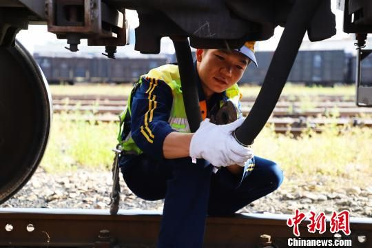 2016年开始上班的高延翔,从学校毕业后就一直在调车组工作,今年是他的第三个暑运。 邬凡 摄