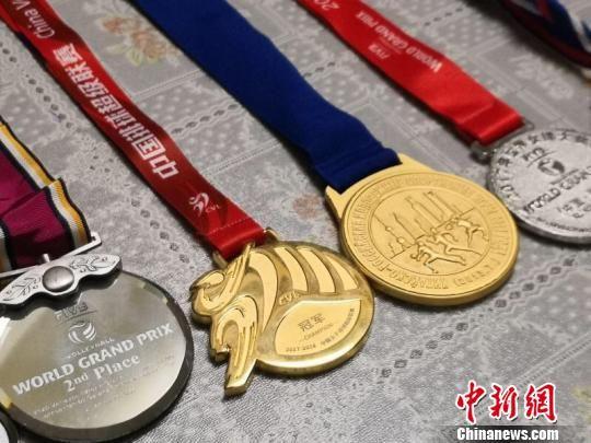 图为王嫒媛获得的奖牌。 宋佳龙 摄