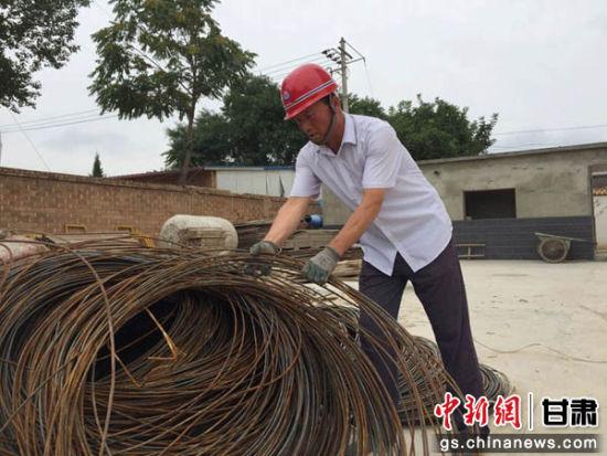 正在工地打工的甘肃宁县焦村镇西卜村村民米云峰。侯志雄 摄