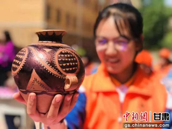 图为学生所制陶瓷。(资料图)