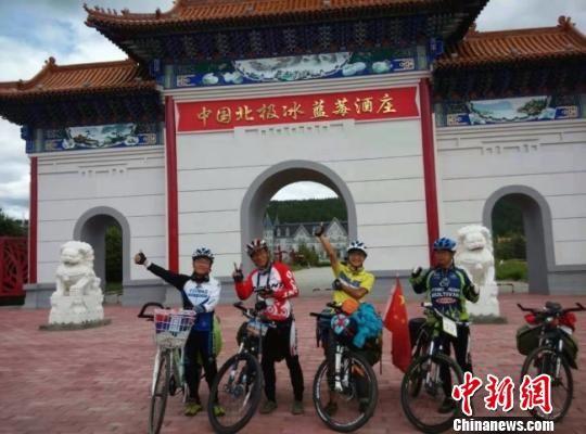 骑行路上,安强民(左一)结识了许多追逐梦想的朋友。(资料图) 钟欣 摄