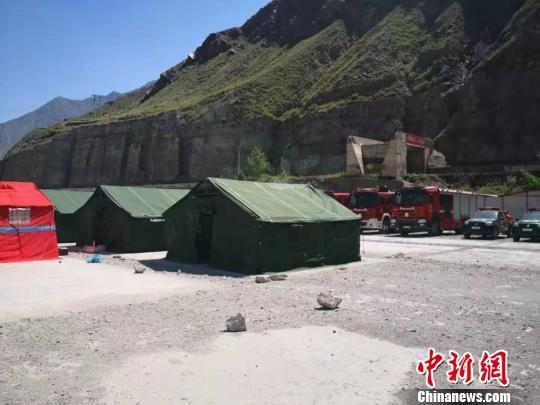 8月11日,甘肃陇南消防支队已抵达集结营地完成帐篷搭建和灾害现场勘察工作。 高康迪 摄