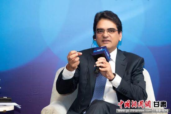 图为安利全球首席执行官潘睦邻接受媒体采访。