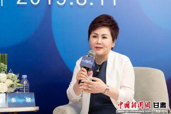 图为安利(中国)总裁余放接受媒体采访。