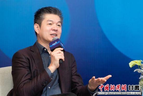 安利亚太区总裁及安利(中国)董事长颜志荣接受媒体采访。