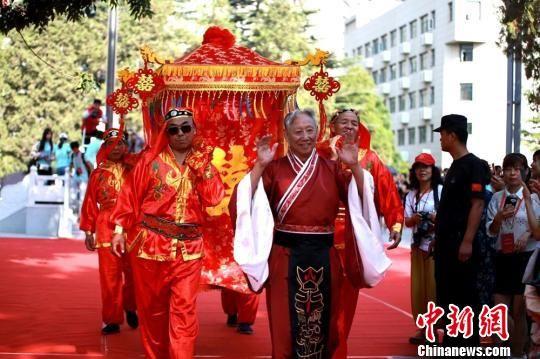 """图为兰大校友夫妻王希玲与王升章的""""红毯时刻""""。 艾庆龙 摄"""