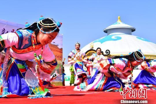 图为蒙古族传统舞蹈表演。 武雪峰 摄
