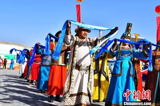 图为当地民众身着传统民族服饰。 武雪峰 摄