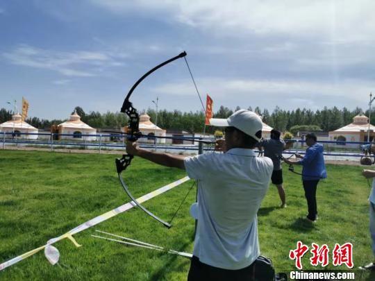 图为游客体验蒙古族传统射箭。 武雪峰 摄