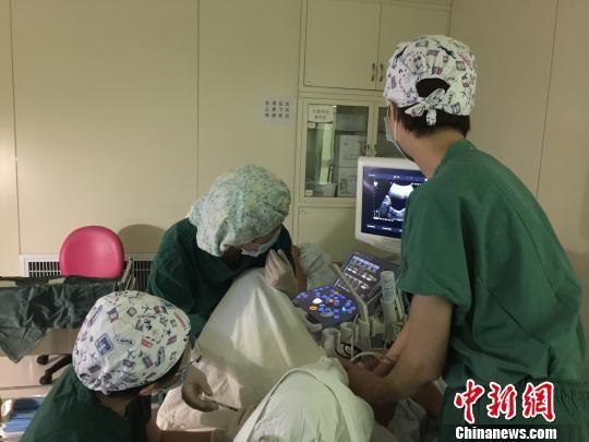 图为倪亚丽向患者解释受精卵放入子宫后的情况。 崔琳 摄