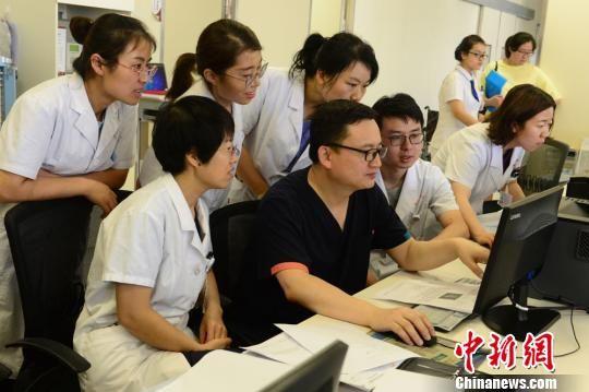图为张红红和团队会诊危重孕产妇病情。 裴强 摄