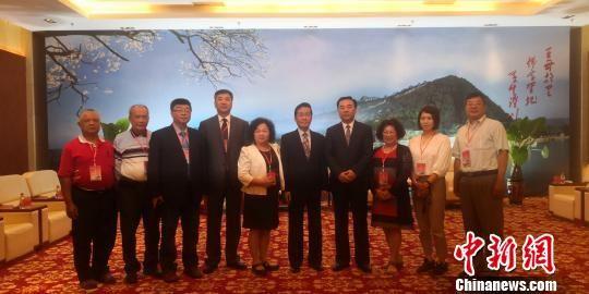 图为甘肃省委常委、统战部部长马廷礼在会见张荣恭一行。 魏建军 摄