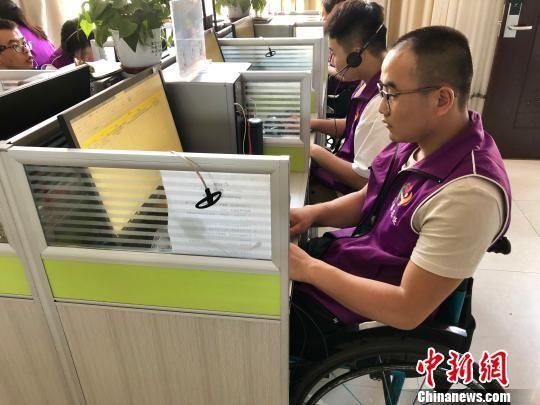 因车祸无缘进入大学的张振华,将在张掖基地拿到电大文凭。 王祖敏 摄