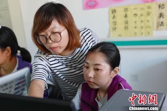 来自圆通速递的培训老师正在指导员工。 顾磊 摄