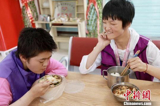 员工们利用午餐时间愉快交流。 顾磊 摄