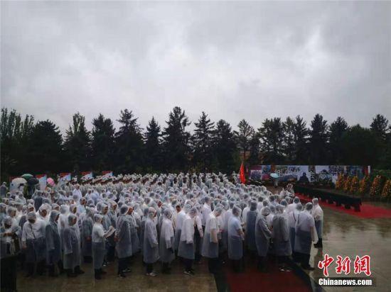 图为雨中,军地各界代表,烈士家属代表,老战士代表共约500余人参加仪式。 史静静 摄