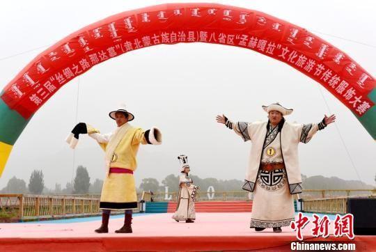 参赛选手身着不同颜色、不同款式的蒙古族传统服饰走秀,展示了不同地区蒙古族独特的民族风情和服饰文化。 巴音代力格尔 摄
