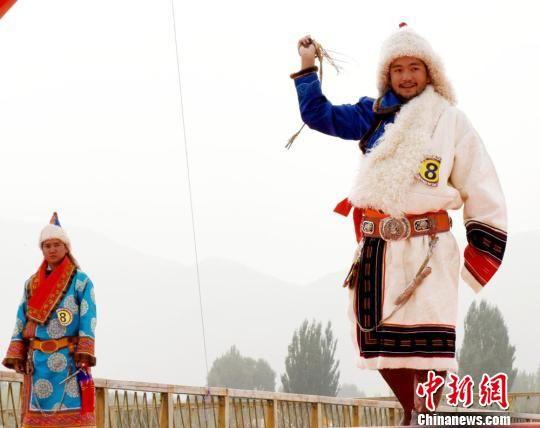 肃北县位于甘肃西端,是甘肃唯一以蒙古族为聚居区的少数民族自治县。在这里,不仅有碧绿的草原,还有终年不化的雪山和茫茫的戈壁滩。而正是雪山、戈壁和草原,养育了独特的肃北蒙古族。他们因为常年生活在雪山之下,形成了与内蒙古的蒙古族有所差别的习俗,被称为雪山蒙古族。 巴音代力格尔 摄