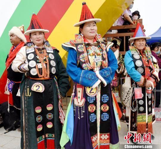 图为身着蒙古族服饰的参赛选手。 巴音代力格尔 摄