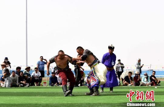 与其他民族式摔跤不同的是,搏克比赛不受年龄和体重的限制,也无时间限制。 郑磊斌 摄
