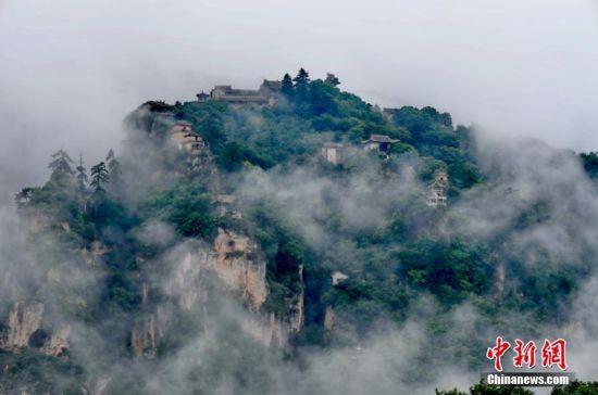 座座山峰层峦叠嶂,庙宇置身云雾之中,仿佛云端里的仙居。