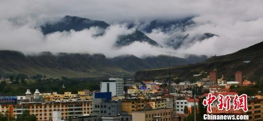 图为云雾环绕肃南县城。 武雪峰 摄