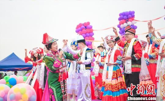 图为民族歌舞表演现场。 杨艺锴 摄