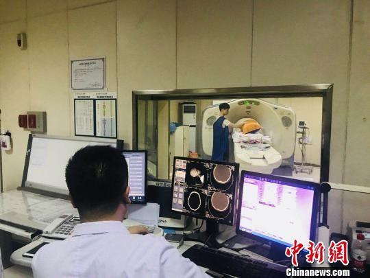图为东乡县患者转运至甘肃省人民医院治疗。(资料图) 钟欣 摄