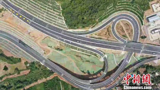 图为航拍陇南山区蜿蜒的高速公路气势壮观。 张宾 摄