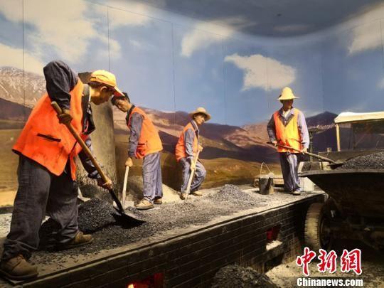 图为甘肃公路博物馆内展陈20世纪八九十年代,公路养护职工在炒盘上拌制沥青混合料的工作场景。 冯志军 摄
