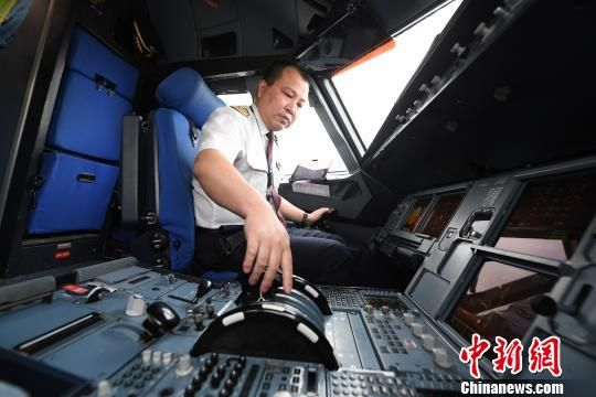 图为王彤进入飞机驾驶舱。 杨艳敏 摄
