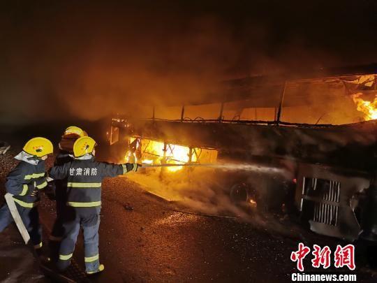 图为消防指战员展开救援。甘肃武威市消防救援支队供图