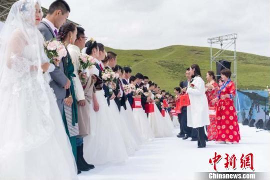 图为草原婚礼现场。 崔琳 摄