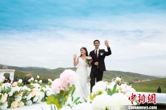 图为新人在草原举行婚礼。 崔琳 摄