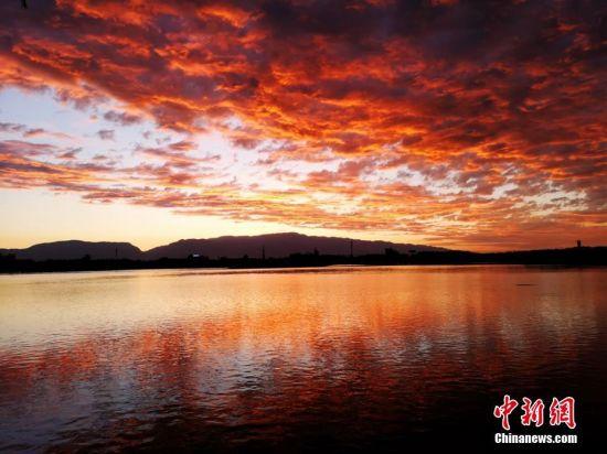火红的朝霞为张掖大地再添一抹喜色。成林 摄
